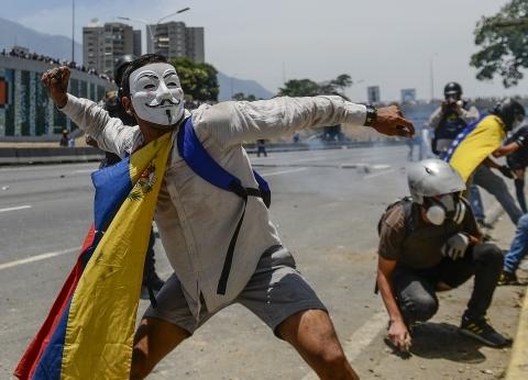 """""""نقص الدواء وإغلاق السفارات وهجوم بسبب إيران"""".. أزمة فنزويلا تتصاعد"""