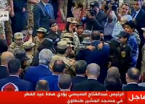 بالصور| السيسي يغادر مسجد المشير متوسطا أبناء شهداء الجيش والشرطة
