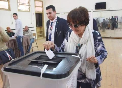 بالصور| سميرة أحمد تدلي بصوتها في استفتاء التعديلات الدستورية بالزمالك
