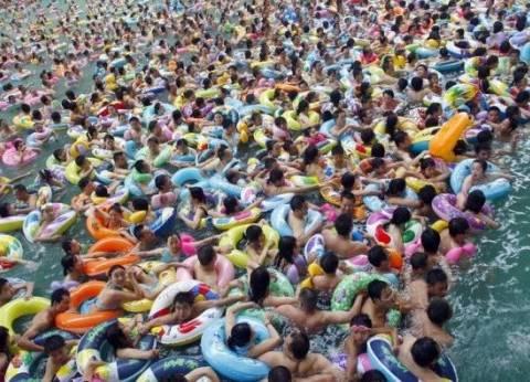 """بالفيديو  حمامات السباحة في الصين """"لن ترى المياه"""""""