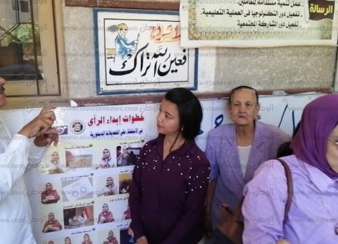 بالصور| ناخبون من الصم والبكم في قنا يدلون بأصواتهم في الاستفتاء