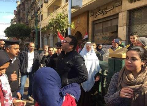 """الاعتداء على سيدة رفعت """"رابعة"""" وسط المتظاهرين بـ""""التحرير"""".. والقبض عليها"""