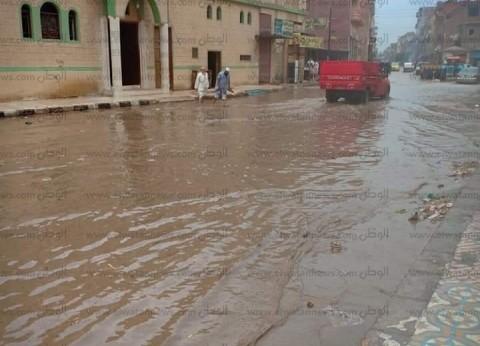 """أمطار غزيرة تضرب البحيرة.. والمياه تحاصر أهالي """"حوش عيسى"""" في منازلهم"""