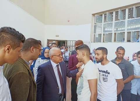"""عميد """"حقوق عين شمس"""" يتفقد سير اليوم الأول للدراسة بالكلية"""