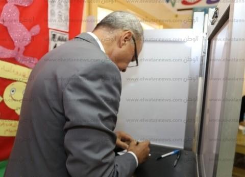 محافظ قنا يدلي بصوته في الاستفتاء على التعديلات الدستورية