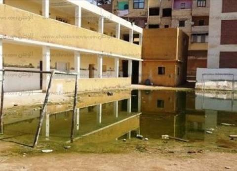 سيارات الصرف تشفط مياه الأمطار من أمام لجان الإسكندرية قبل بدء عملية الاقتراع