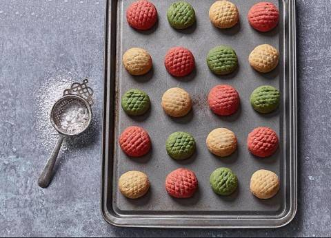 «كعك العيد» بالألوان الطبيعية: أحمر وأخضر وبنى