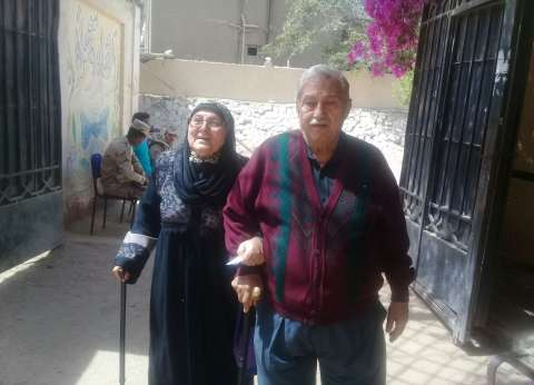محافظ الجيزة يوفر سيارة لنقل مسنة وزوجها للجنة الانتخابات الرئاسية