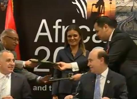 """مميش يوقع اتفاقية """"مياه مصرف بحر البقر"""" في منتدى """"إفريقيا 2018"""""""