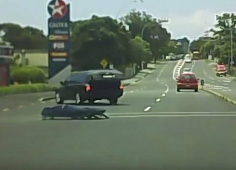 بالفيديو| جثمان يسقط من سيارة مُسرعة قبل دفنه