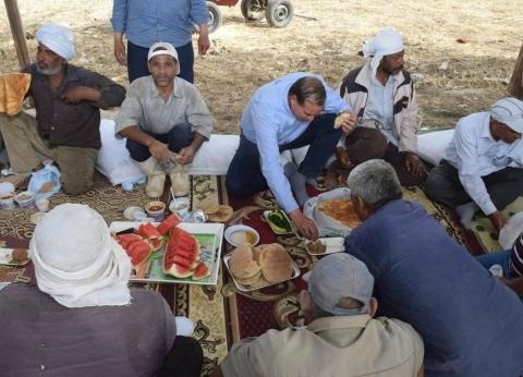 """""""فطير وعسل"""".. رئيس جامعة سوهاج يشارك عمال مزرعة الكوثر غدائهم"""