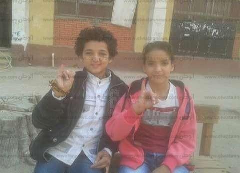 """""""عبدالرحمن وحسام"""".. طفلان غمسا أصابعهما في """"الحبر"""" للمشاركة معنويا بالانتخابات"""