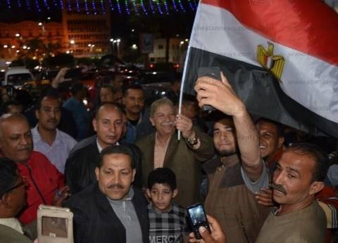 محافظ الإسماعيلية يشارك المواطنين الاحتفال بفوز السيسي لولاية ثانية