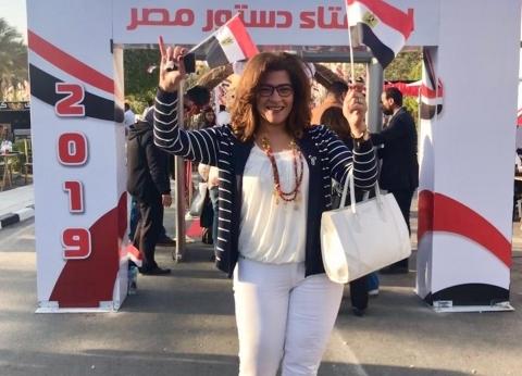 بالصور| الأديبة فاطمة ناعوت تشارك في الاستفتاء بالرحاب