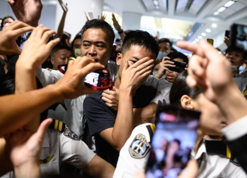بريطانيا تدين العنف في هونج كونج وتدعو لحل الأزمة سلميا