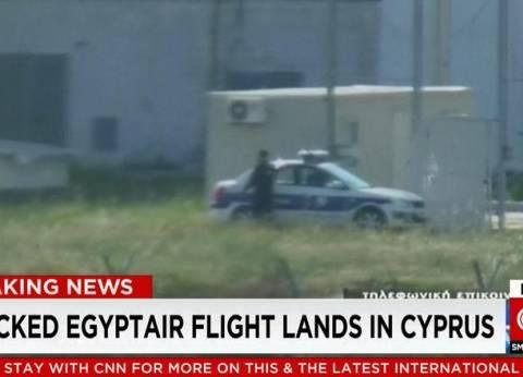 بالصور| استنفار أمني مكثف في محيط الطائرة المصرية المختطفة بقبرص
