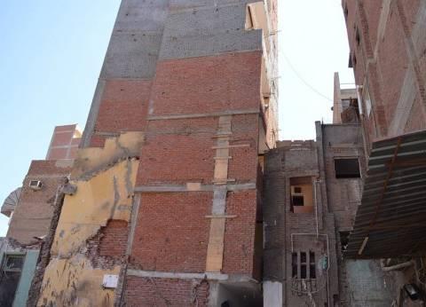 """ضبط صاحب """"عمارة سكنية مائلة"""" لمخالفتها اشتراطات التراخيص في المحلة"""