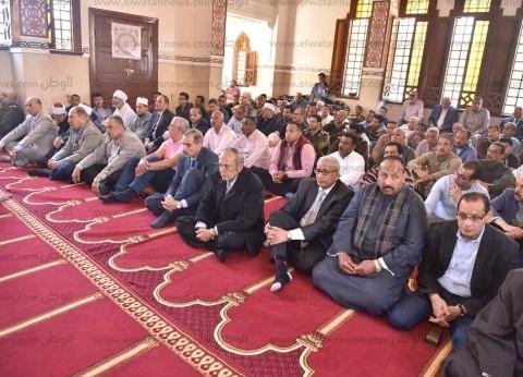 محافظ أسيوط من مسجد العزبي: المشاركة في الاستفتاء يدعم استقرار الوطن