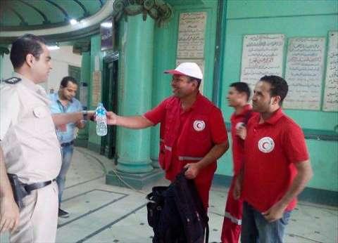 """""""الهلال الأحمر"""" يوزع مياه معدنية على الناخبين في المنيا"""