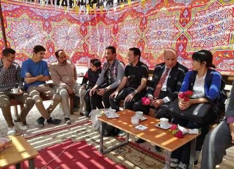 استقبال وفد ياباني بالورود في خيمة رمضانية ببني عبيد في الدقهلية
