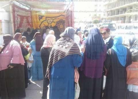 """طوابير السيدات تمتد أمام لجنة """"زاهر جلال"""" بمطروح"""