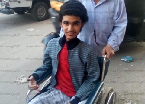 علي كرسي متحرك.. أسامة يصطحب والديه للاستفتاء على التعديلات