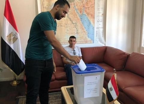 مصرية كفيفة تحرص على المشاركة في الاستفتاء في إيطاليا بصحبة والدها