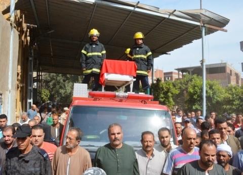 بالصور| محافظ الغربية ومدير الأمن يتقدمان جنازة شهيد الوطن بطنطا