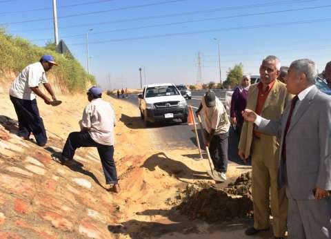 بالصور| محافظ أسوان يتفقد أعمال تطوير طريق المطار ويشيد بمسؤولي مدرسة