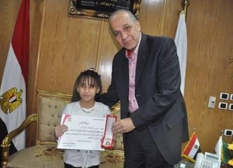 محافظ الوادي الجديد يكرم طالبة حاصلة على المركز الثاني على الجمهورية في إلقاء الشعر