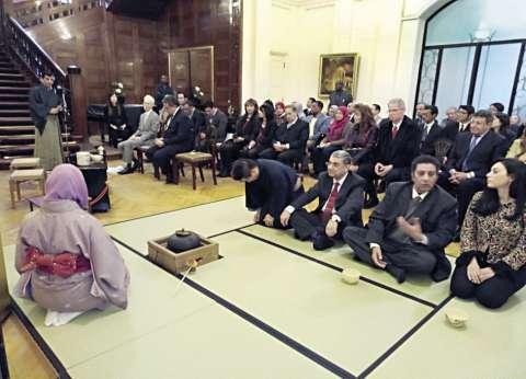 وزير الكهرباء يفترش الأرض أثناء «جلسة شاى» بالسفارة اليابانية