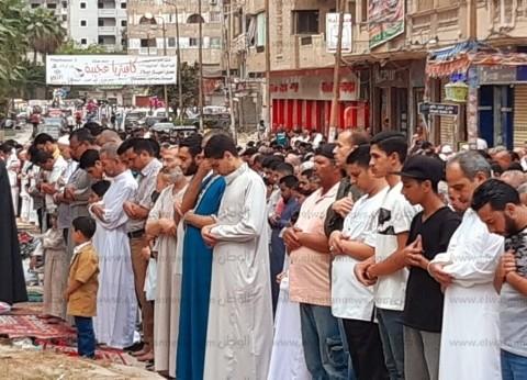 بالصور  عشرات المواطنين يؤدون صلاة عيد الفطر بمساجد غرب الإسكندرية