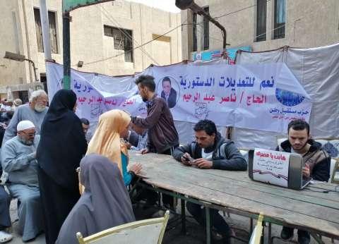"""باللاب توب.. شباب """"مستقبل وطن"""" يساعدون المواطنين لمعرفة أماكن تصويتهم"""