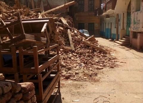 بالصور| أنقاض المنازل القديمة تغلق بعض شوارع مدينة قنا