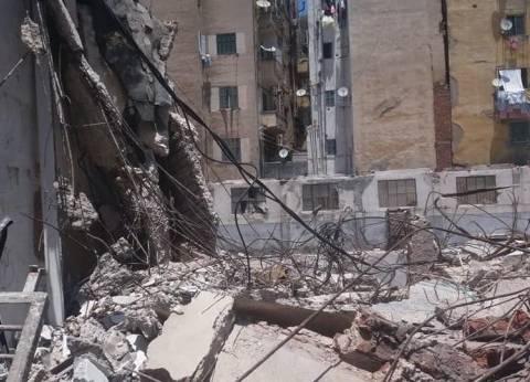 رئيس حي وسط الإسكندرية تعاين عقار مخالف يمثل خطورة داهمة