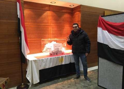 """فرحة غلبت ألم.. رحلة علاج """"الضابط محمد"""" تتحول إلى """"حفلة انتخابية"""""""