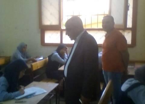 وكيل التعليم بالأقصر يتابع أول يوم امتحانات للشهادة الإعدادية