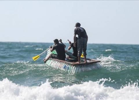"""بحثا عن """"لقمة العيش"""".. فلسطيني يبحر على 700 """"زجاجة"""" للصيد"""