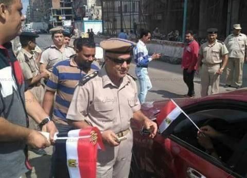 «مأمور» بالدقهلية يوزع «أعلام مصر» على المواطنين احتفالا بذكرى أكتوبر