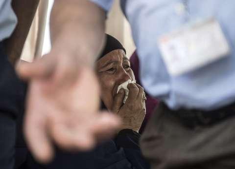 """أهالي ضحايا """"الطائرة المنكوبة"""" يدخلون في نوبة بكاء.. ومسؤولون يتلقون العزاء"""