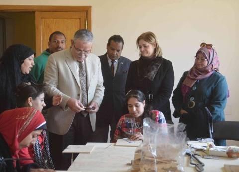 محافظ المنيا يشهد تدريب فتيات 4 قرى على الحرف التراثية