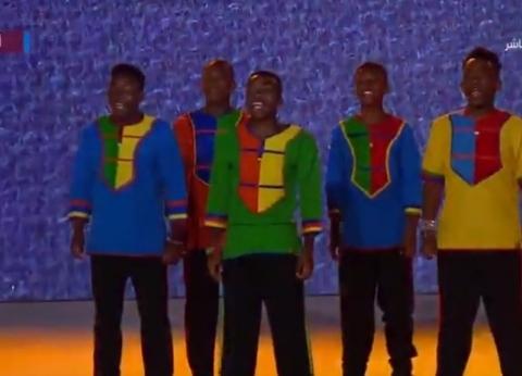 """السيسي يشهد عرض إحدى فرق أفريقيا خلال افتتاح """"الشباب العربي الأفريقي"""""""