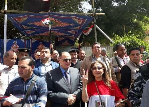 """مدير أمن الجيزة يتفقد اللجان.. ومواطنون يستقبلونه بـ""""تحيا مصر"""""""