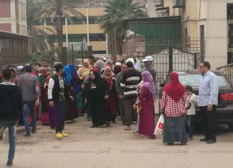 مغتربون أمام لجان الهرم يطالبون السماح لهم بالتصويت