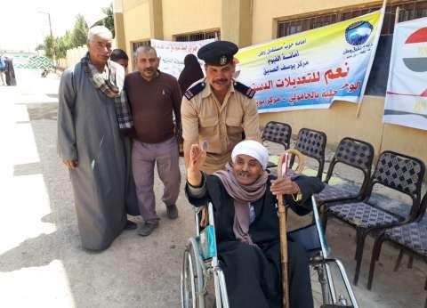 """""""أمن الفيوم"""" يخصص أفراد شرطة لنقل المرضى بكراسي متحركة للجان التصويت"""