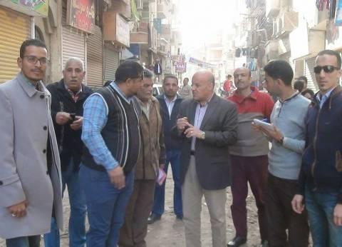 رئيس مركز سمالوط يحذر أصحاب المحلات من رش المياه بالشوارع