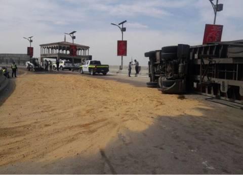 تعطيل حركة المرور بالطريق الصحراوي لانحراف سيارة نقل بمقطورة