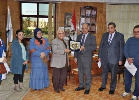 رئيس جامعة كفر الشيخ يكرم فريق العزف الجماعي