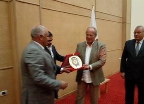 محافظ الوادي الجديد يمنح وزير التنمية درع المحافظة