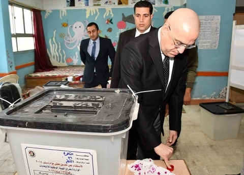 وزير الإسكان يُدلي بصوته في استفتاء التعديلات الدستورية بمدرسة المقطم
